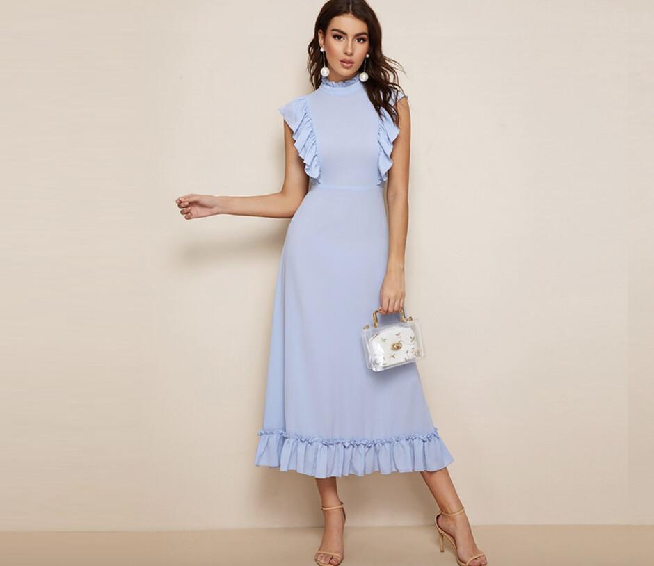 1ab5cce4293 Один из лучших вариантов для праздника — платье миди с закрытым верхом.  Платье голубого цвета с оборками будет идеально смотреться с лодочками ...