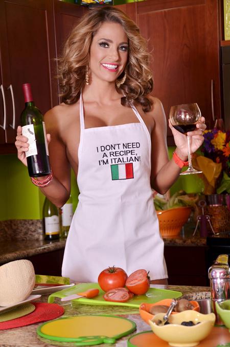 Сексуальная девушка готовит на кухне