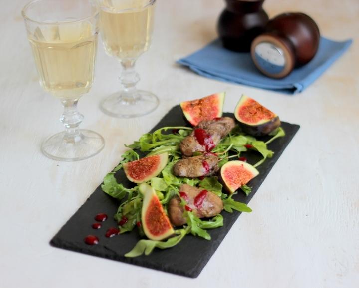 Теплый салат с карамелизированной куриной печенью и рукколой с клюквенным соусом