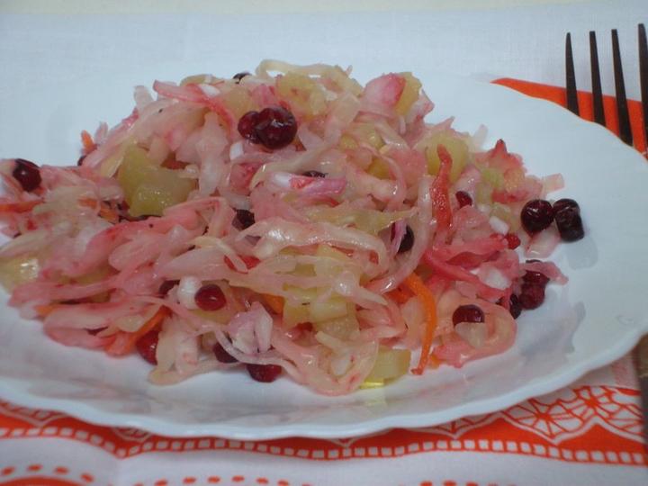 Салат с квашеной капустой простой