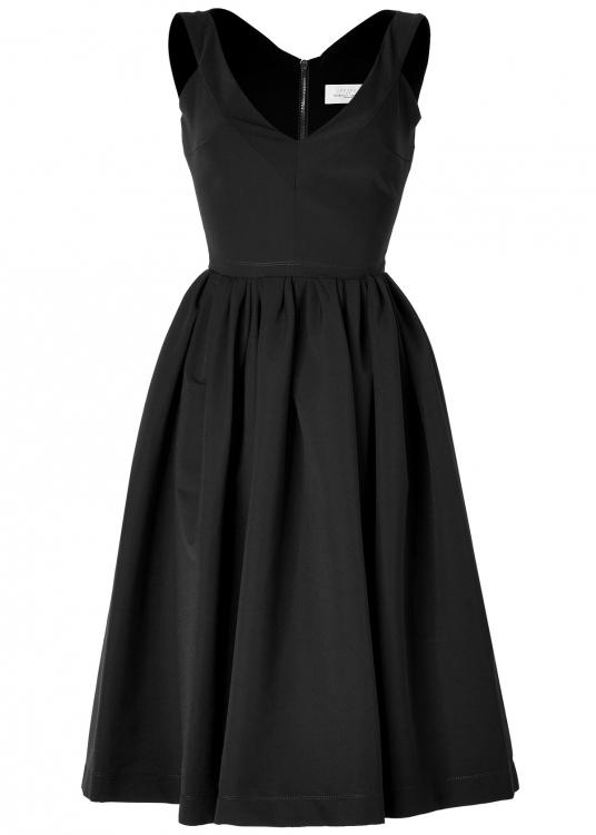 Черное платье носила год