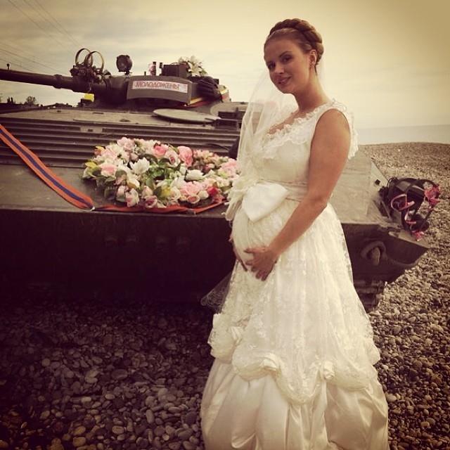 cc9a4e9b8f0ee52 Фоном фотографии послужил мощный танк, который стал для молодоженов  свадебным кортежем — он украшен цветами и обручальными кольцами. «Ах эта  свадьба.
