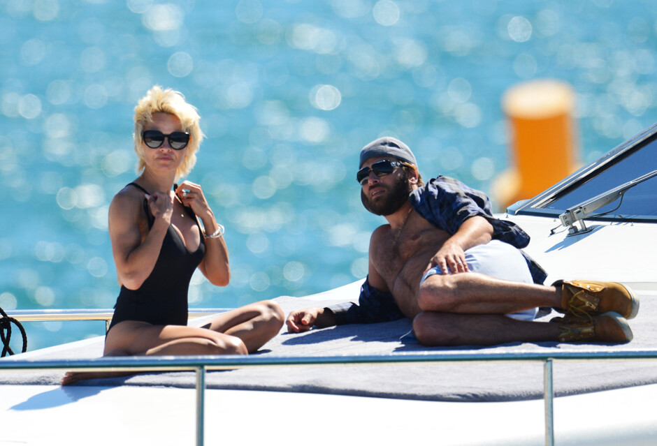 Памела андерсон с мужем на яхте
