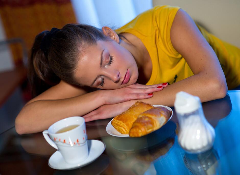 Многих тянет в сон именно после обеда — это также объясняется довольно просто.