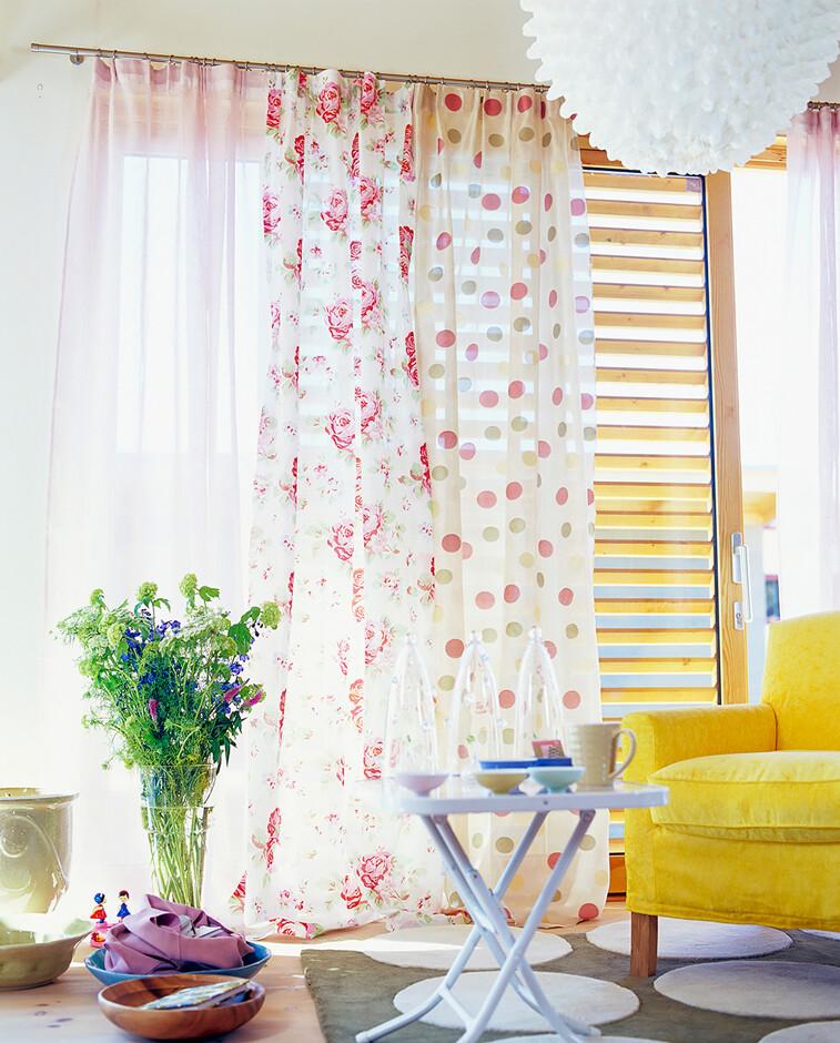 Для комнаты с низкими потолками и большими окнами подойдут шторы из ткани в  вертикальную полоску — это позволит создать иллюзию высоких потолков. 6e8844a0c2651