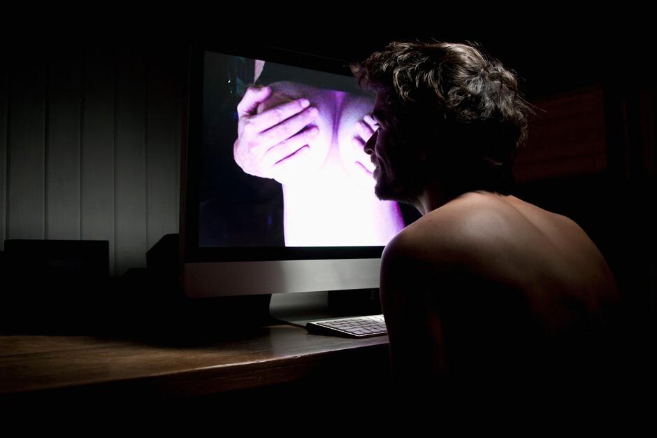 Может ли порно сделать тебя импотентом? Отвечают специалисты