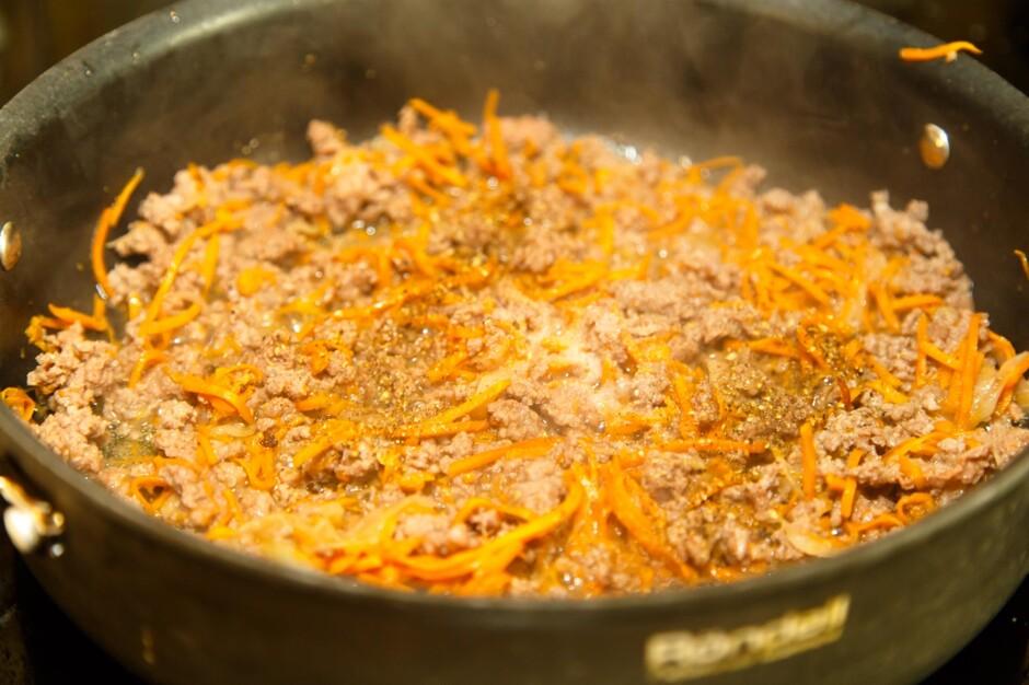 Как вкусно потушить капусту на сковороде пошагово