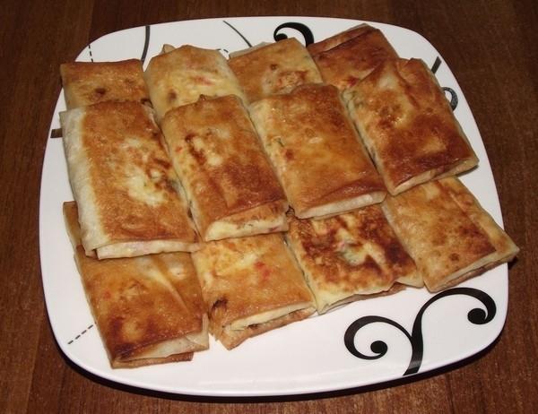 жареный лаваш с крабовыми палочками и сыром