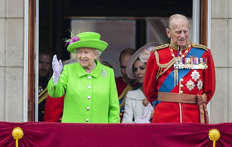 Праздничный наряд Елизаветы II высмеяли в Интернете (фото) 555982