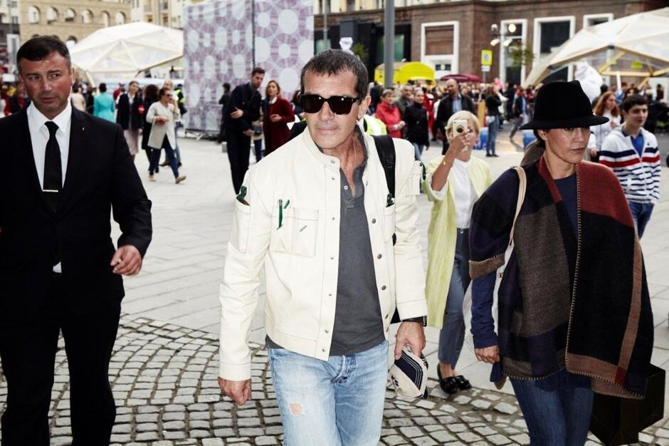 Знаменитый на весь мир испанец Антонио Бандерас вечером 11 сентября прибыл в Москву. В российской столице у актера запланировано много дел: открытие собственной выставки