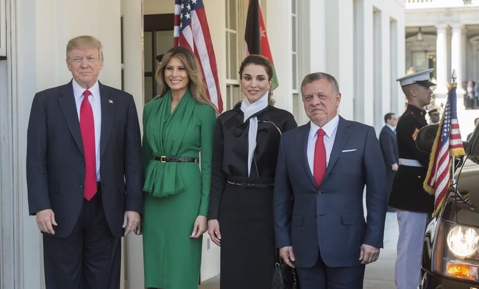 Стильная первая леди: Меланья Трамп визумрудном одеяние повстречалась скоролевой Иордании