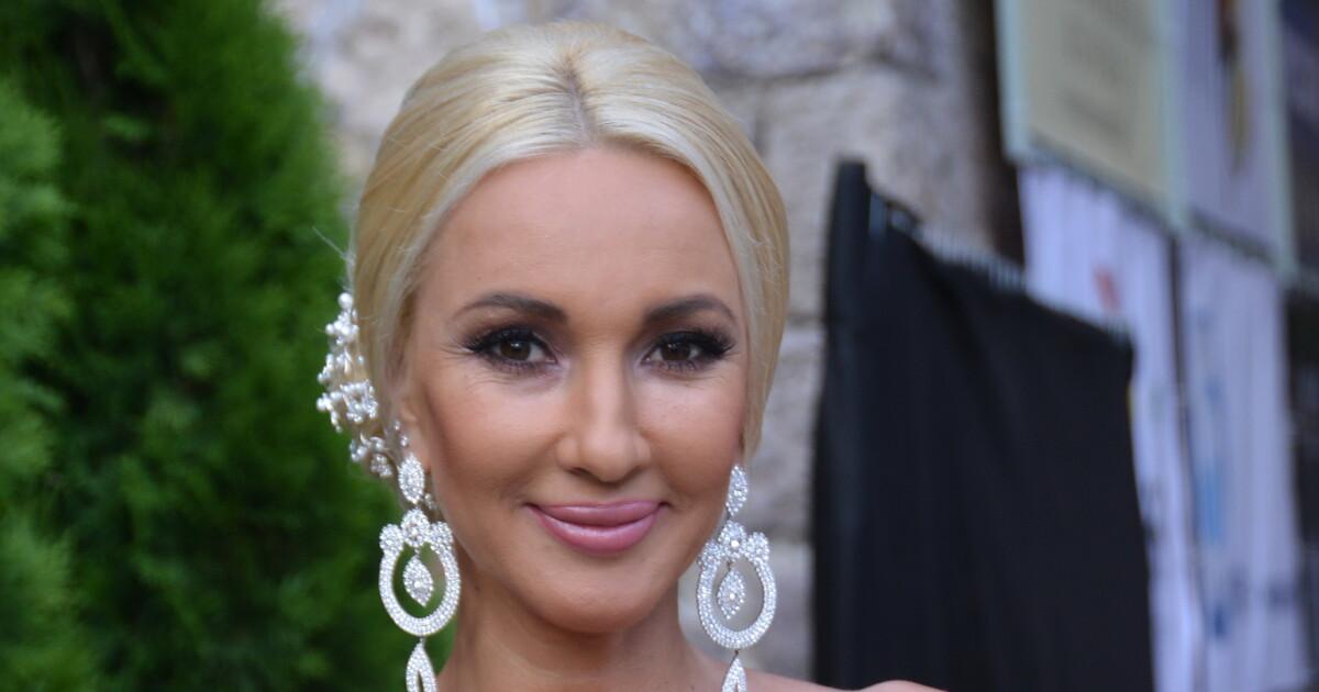 Блондинка делает приятно фото 9