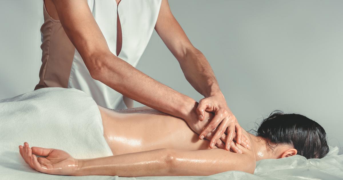 Сексовая леди готовится к массажу