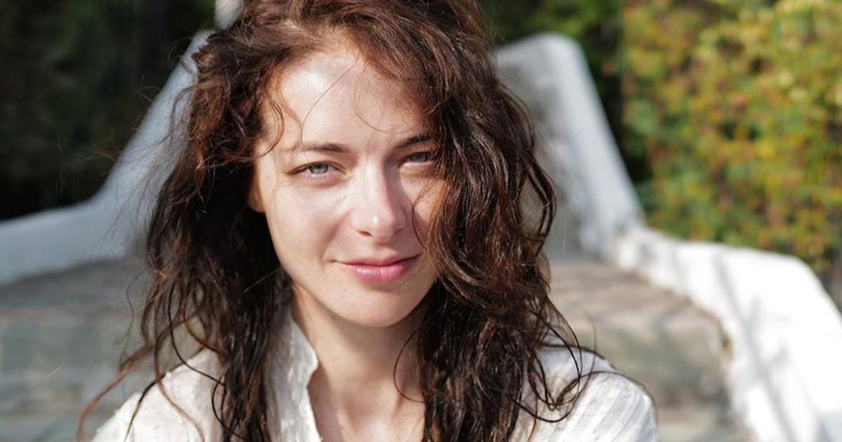 37-летняя Марина Александрова позирует на отдыхе без макияжа